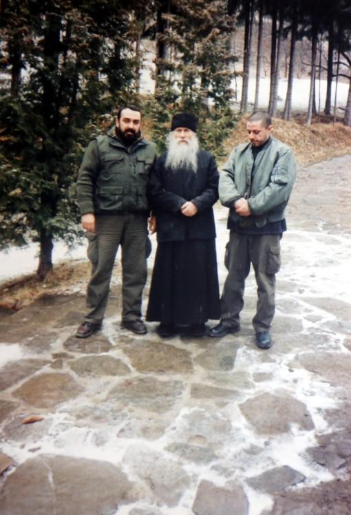 Parintele-Ioanichie-Balan-si-fratii-Roncea-698x1024